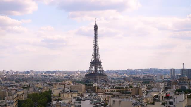 vidéos et rushes de vue aérienne de paris skyline au moment du coucher du soleil - tour eiffel