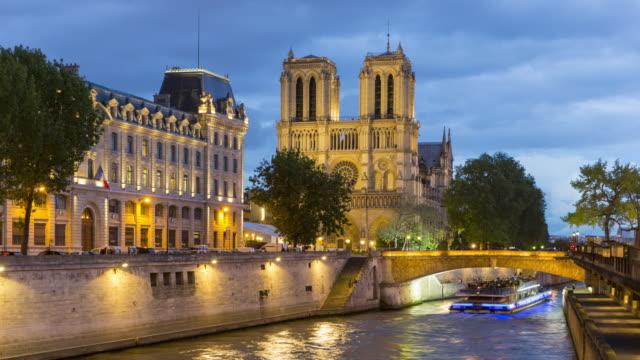 stockvideo's en b-roll-footage met parijs, time-lapse van notre dame de paris kathedraal - rivieroever