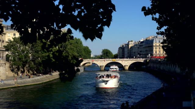 川沿いのパリ ビデオ
