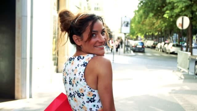 vídeos de stock, filmes e b-roll de paris, mulher compras na avenue montaigne - moda parisiense