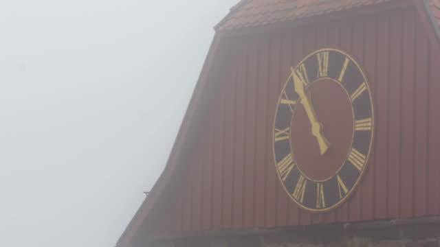 vidéos et rushes de église paroissiale de st. nicholas horloge à neuleiningen, allemagne - saint nicolas