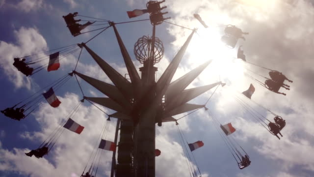 pariser stuhl swing ride - französische kultur stock-videos und b-roll-filmmaterial