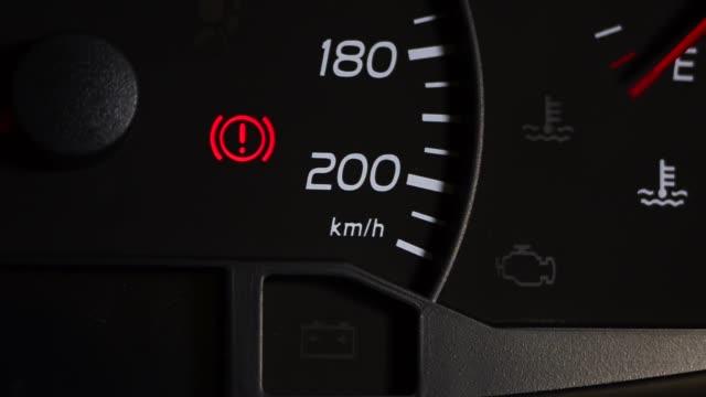vidéos et rushes de feu de contrôle des freins de stationnement dans le tableau de bord de voiture - danger