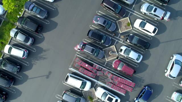 stockvideo's en b-roll-footage met parkeerplaats bij shopping plaza. drone oogpunt. - parkeren