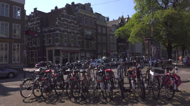 parkering plats för cyklar på gatan i amsterdam. 4k - drone amsterdam bildbanksvideor och videomaterial från bakom kulisserna