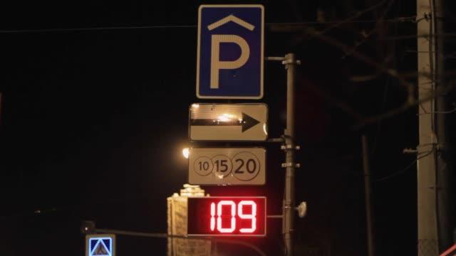 vídeos de stock, filmes e b-roll de vagas de estacionamento contador auxiliar sinal de transporte de disponibilidade - acessibilidade