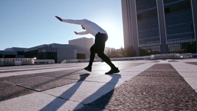 parkour i det urbana rummet - kille hoppar bildbanksvideor och videomaterial från bakom kulisserna