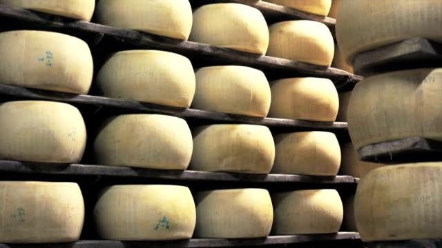 vidéos et rushes de parmesan l'industrie - parmesan