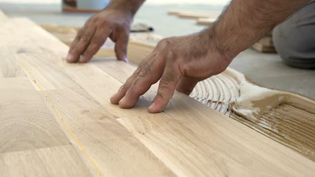 vídeos de stock e filmes b-roll de parquet flooring installation - bricolage
