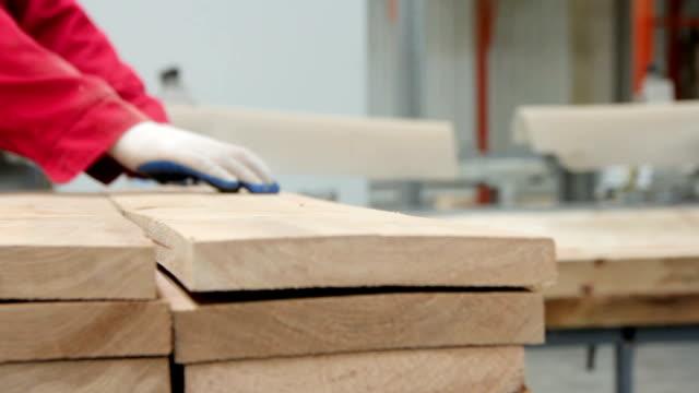 vídeos de stock e filmes b-roll de parquet production. industrial factory. - material de construção
