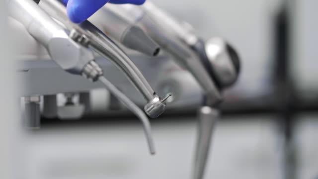 歯科治療中に歯科用ドリルを使用する歯科医の一部 - 歯科点の映像素材/bロール