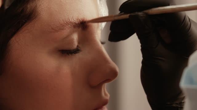 stockvideo's en b-roll-footage met onderdeel van de wenkbrauw lamineren procedure - eyeliner