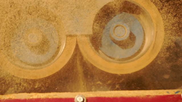 en del av maskin system i brunt ris fräs maskin, två gummi rullar huller att ta bort skalet från paddy. - skalhylsa bildbanksvideor och videomaterial från bakom kulisserna