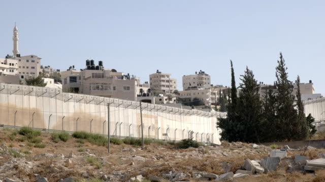 en del av gränsen muren mellan palestina och israel - vakta bildbanksvideor och videomaterial från bakom kulisserna