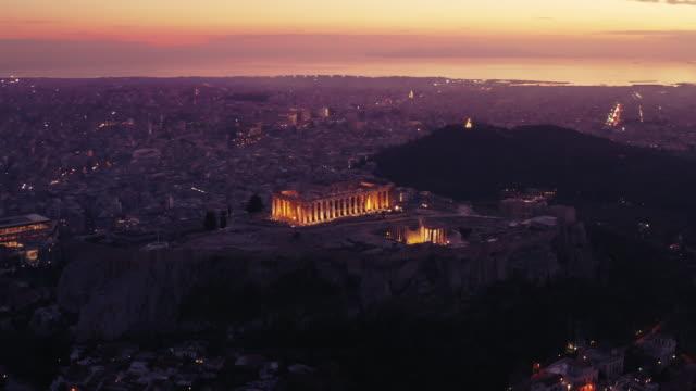 stockvideo's en b-roll-footage met parthenon akropolis, athene, griekenland, donker paars uur, zonsondergang per drone - athens