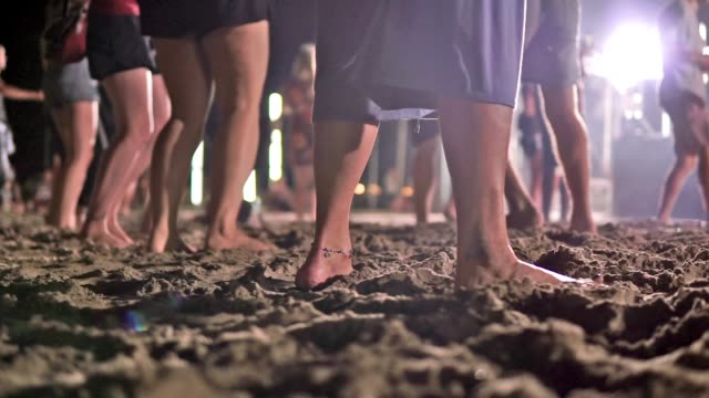 vídeos de stock e filmes b-roll de parties in asia: feet dancing at night beach party - descalço
