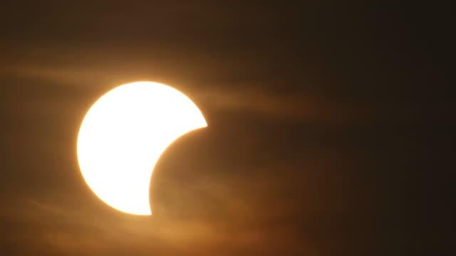 vidéos et rushes de partiellement éclipse solaire au lever du soleil - vue partielle