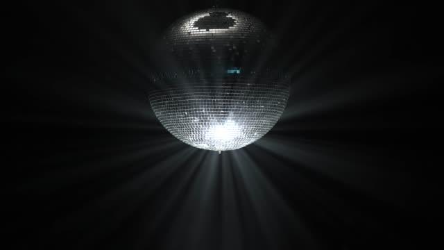 vidéos et rushes de boule disco party lumières sur fond noir - balle ou ballon
