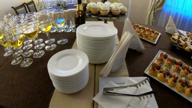 vídeos de stock e filmes b-roll de party table with champagne and snacks - sideboard