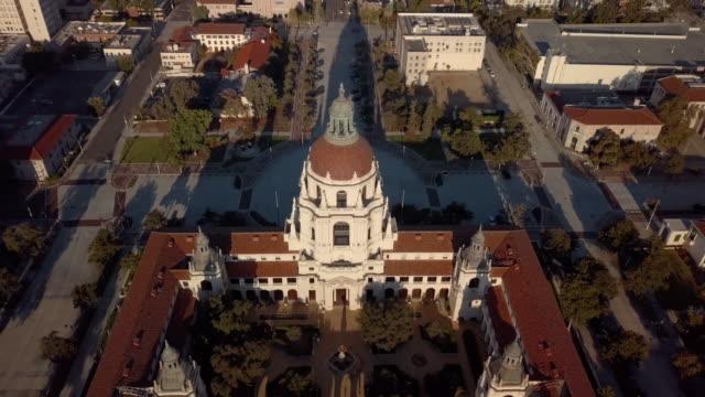 pasadena city hall - flytta drone sköt avslöjande pasadena - domstol bildbanksvideor och videomaterial från bakom kulisserna