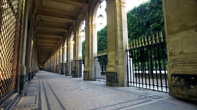 vídeos de stock, filmes e b-roll de passagem na place des vosges, de lugar royale lin marais. paris, frança - moda parisiense