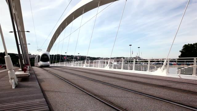 passaggio del tram sul ponte raymond barre - tranvia video stock e b–roll
