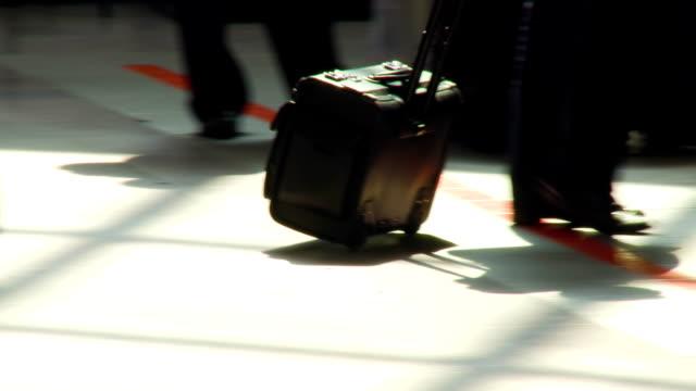 passagerare på flygplatsen med hans bagage kommer till receptionen - wheel black background bildbanksvideor och videomaterial från bakom kulisserna