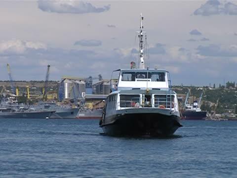 vídeos de stock e filmes b-roll de barco de passageiros - embarcação comercial