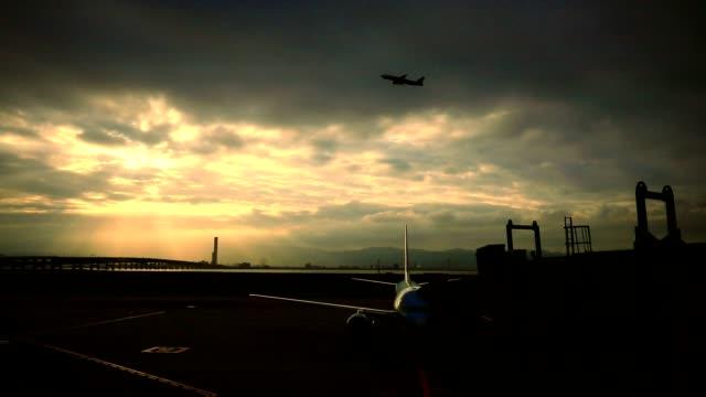 stockvideo's en b-roll-footage met passagier vliegtuig aanpak voor vertrek luchthaven - vliegveld vertrekhal