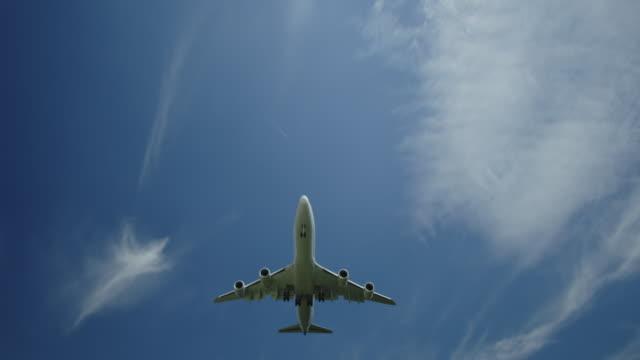 stockvideo's en b-roll-footage met een passagiersvliegtuig aan de voorzijde nadert - zakenreis