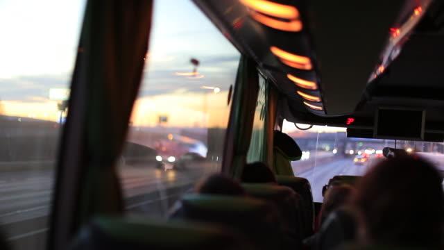 vídeos y material grabado en eventos de stock de punto de vista de la pasajeros viajando por carretera en autobús - autobús