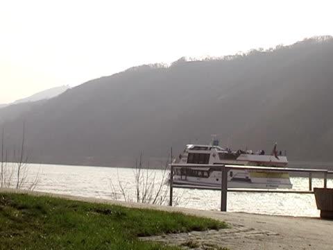 vídeos de stock e filmes b-roll de navio de passageiros no rio - embarcação comercial