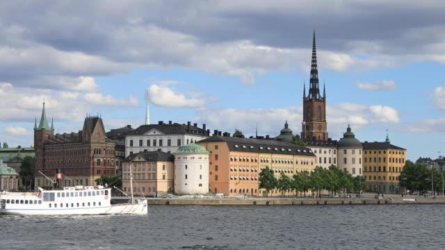 passagerarfartyg passerar byggnader i gamla stan i stockholm - ferry lake sweden bildbanksvideor och videomaterial från bakom kulisserna