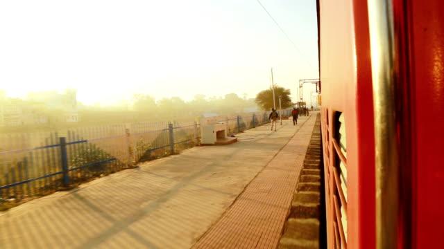 tren istasyonundan geçen yolcu treni, sabah manzarası - klip uzunluğu stok videoları ve detay görüntü çekimi