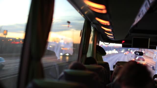 POV, viajando en el camino en autobús de pasajeros - vídeo
