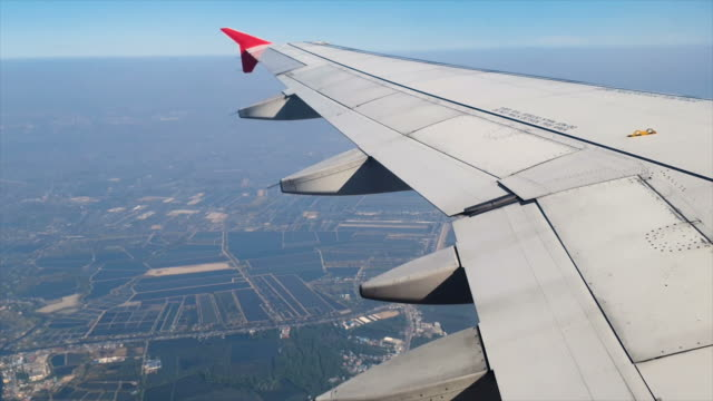 passenger window view in commercial airplane - battere le ali video stock e b–roll