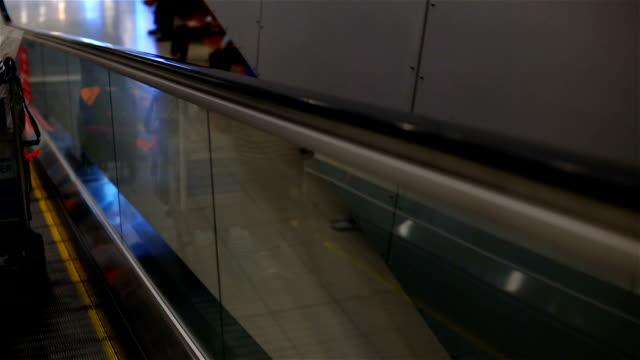 stockvideo's en b-roll-footage met passagiers met bagage op roltrap in de luchthaventerminal. - aankondigingsbericht