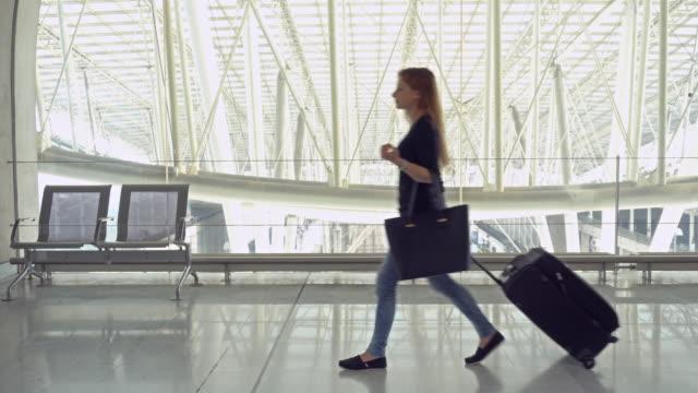 廊下を歩いて荷物客車 - 乗客点の映像素材/bロール