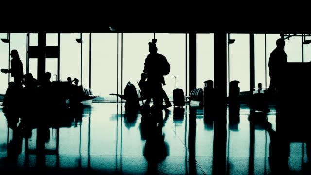 stockvideo's en b-roll-footage met passagiers op de luchthaven terminal - vliegveld vertrekhal