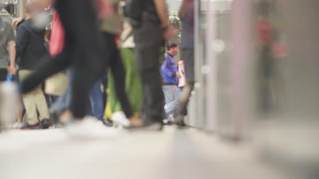 地下鉄に乗り出す乗客 - 列車点の映像素材/bロール