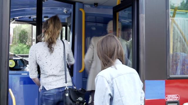 autobus passeggeri in imbarco con passate e acquistare i biglietti - autobus video stock e b–roll