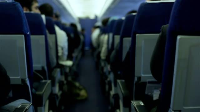 pasażerów w samolot komercyjny podczas lotu - pasażer filmów i materiałów b-roll