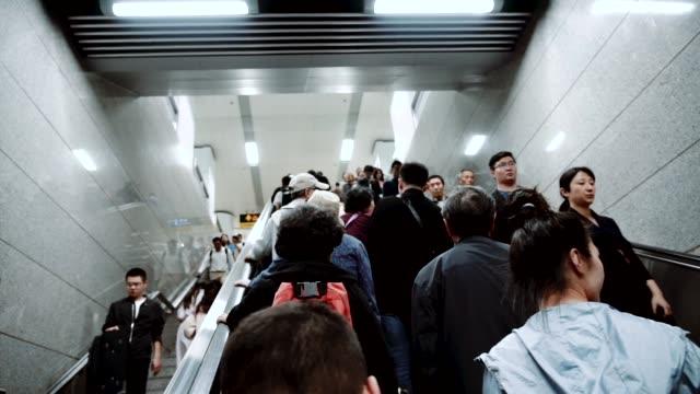 上海地下鉄駅の乗客、スローモーション ビデオ