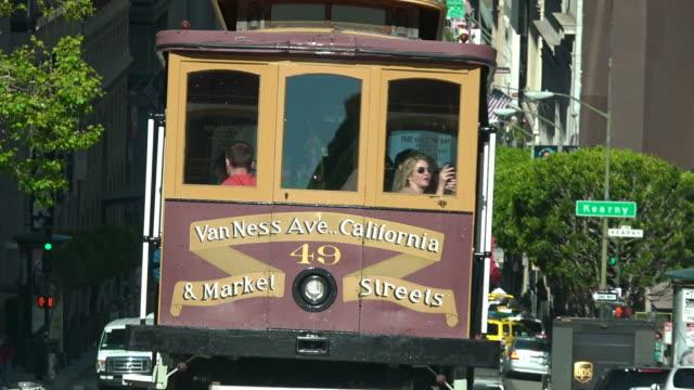 passeggeri equitazione in funivia in california street, san francisco, california - tranvia video stock e b–roll