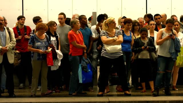 t/l passengers waiting for the subway train (4k/uhd to hd) - munich train station bildbanksvideor och videomaterial från bakom kulisserna