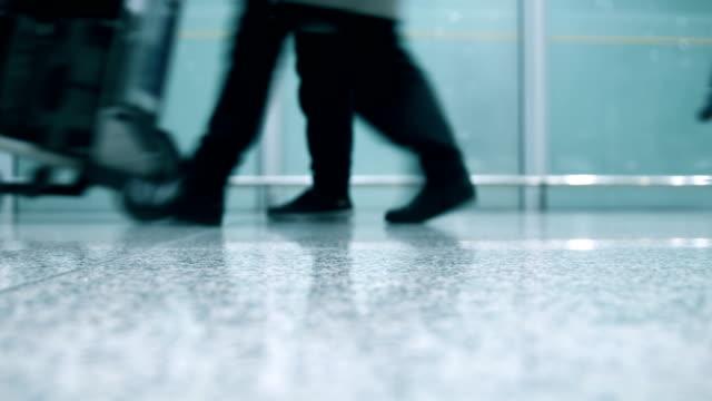 passeggeri che camminano nel corridoio - dorso umano video stock e b–roll