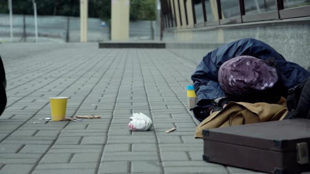 乞食に金を与えて通行人 - 不吉点の映像素材/bロール