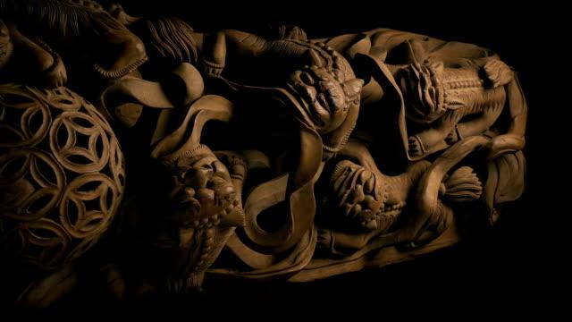 古代アジアの木彫りを渡す - 骨董品点の映像素材/bロール