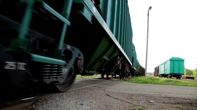 vidéos et rushes de passage de fret entrainer en installation industrielle - lourd