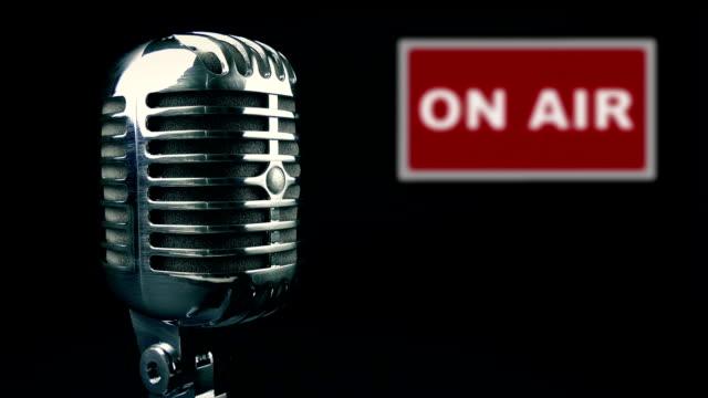 vídeos de stock, filmes e b-roll de passando o microfone e no signo de ar - podcast